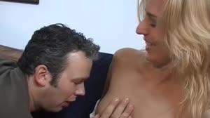 Pornofilm - Blonde meid heeft een hoop lol tijdens de opnames van een pornofilmpje