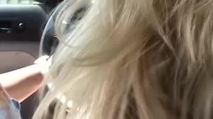 Pornofilm - Geil blondje krijgt een lift van een grootgeschapen neger