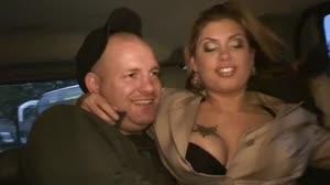 Porno film - Mollige snol squirt op de achterbank van een hummer