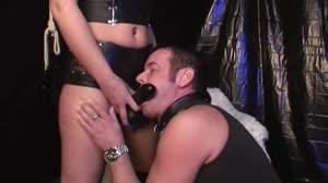 Porno film - Bianca Dark geeft haar slaafje geile opdrachten