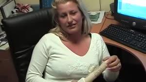 Porno film - Don en Ad laten een blonde kantoorslet afpalen