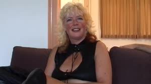 Porno film - Don en Ad geven lesbische Elly weer trek in piemels