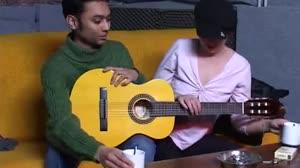 Pornofilm - Sletje biedt een straatmuzikant haar hete kutje aan