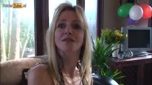 Porno film - Huisvrouwtje laat zich afpalen in haar vakantiehuisje