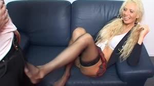Porno film - Melizza wil hem wel aftrekken met haar voetjes