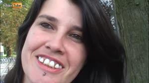 Porno film - Lelijke straathoer laat zich diep in haar mond en vette kut neuken