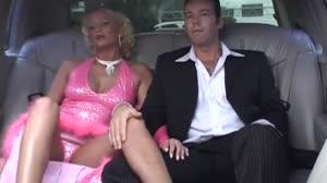 Pornofilm - Sintia Stone wil geneukt worden in een rijdende limousine