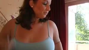 Porno film - Mollige vrouw betrapt haar rukkende man en geeft hem 'straf'
