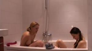 Pornofilm - Pearly en Kim neuken elkaar met een dubbel dong dildo