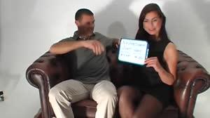 Pornofilm - Brunette fotomodel slikt een kwak zaad